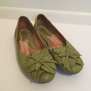 Born flower top leather ballet flats green size 8